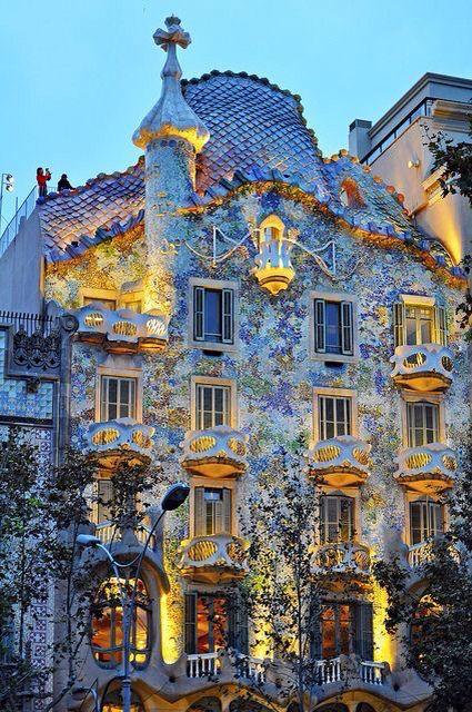 Casa Batlló Dissenyada Per Gaudí Passeig De Gràcia 43 Barcelona Combina La Pedra El Ferro Forjat El Trencadís De Gaudi Architecture Gaudi Barcelona Spain
