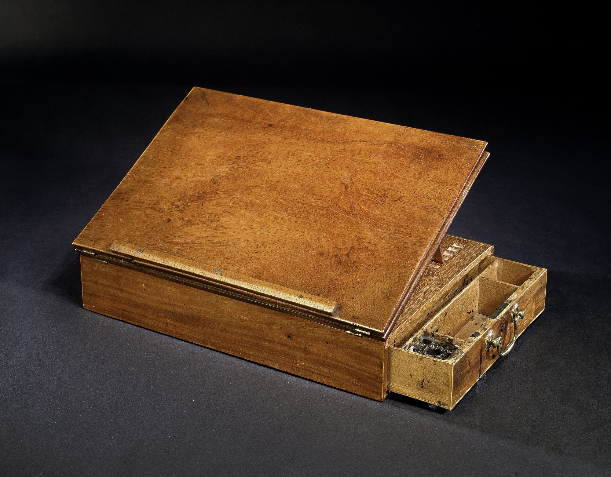 Today in 1743: Thomas Jefferson is born in Virginia. The desk on which he wrote the Declaration of Independence: ow.ly/oZ7R30aOEKb