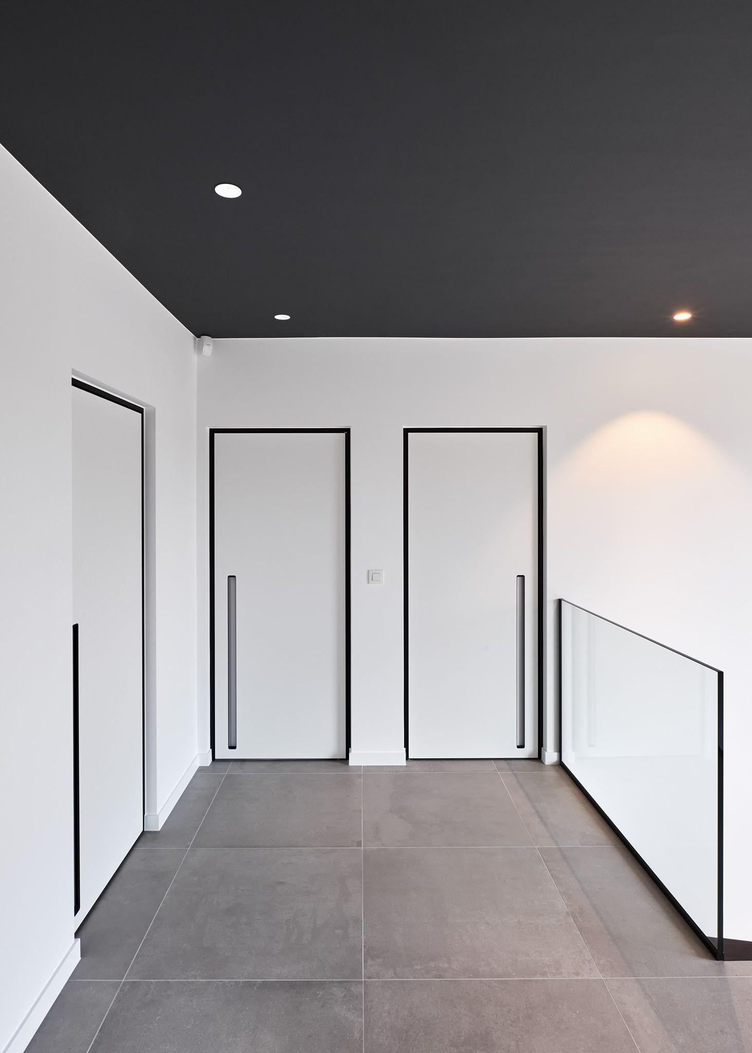 Porte int rieure blanc avec encadrement noir et un poign e for Porte interieure noire