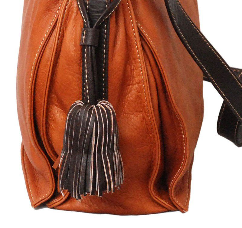 Collectie 2015 - Immediately recognizable by its rich leather tassels, the Feliciana shoulder bag is made of butter-soft Italian sauvage calf leather. Comfortable and sporty, yet the Feliciana is always sure to make a fashion statement. Leather shoulder strap and tassels are usually in contrasting colour. The bag's main compartment is fastend by a magnetic lock.