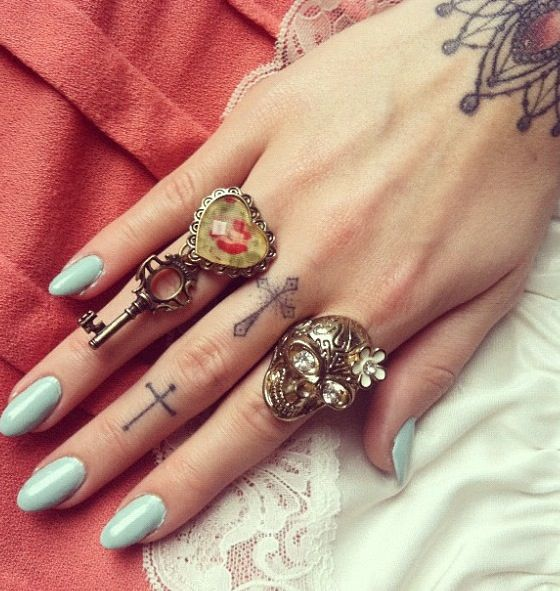 Really love these finger tattoos.