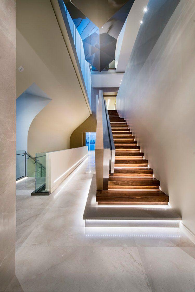 eclairage marche escalier interieur escalier droit et moderne en bois, avec éclairage led indirect et rambarde  en acier