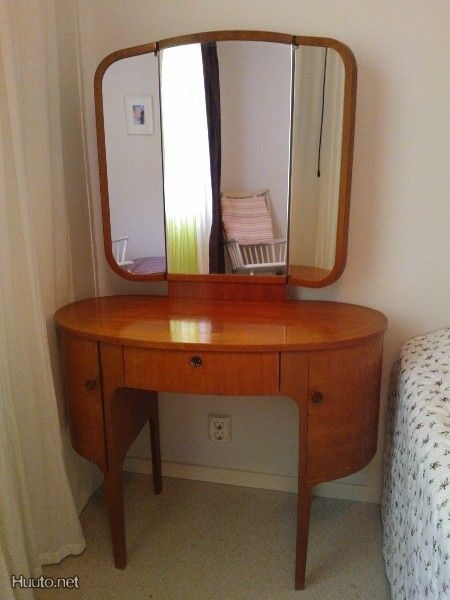 Vanha peilipöytä