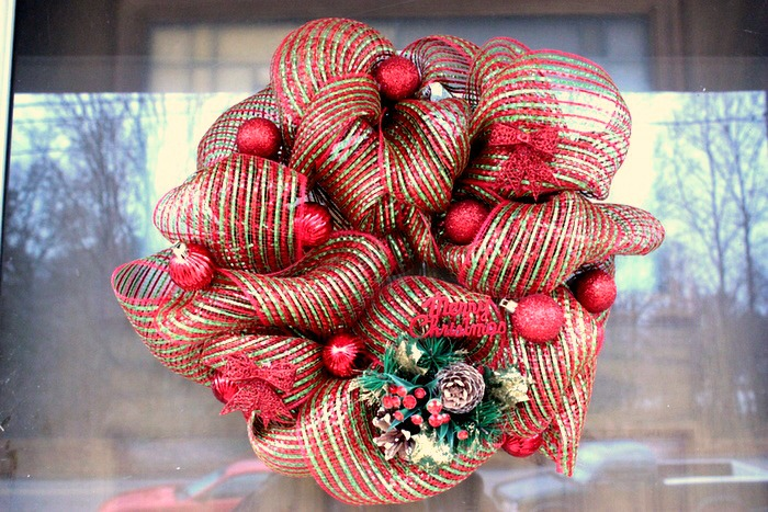Mini Christmas Deco Mesh Wreath Tutorial | BigBearsWife.com #decomeshwreaths