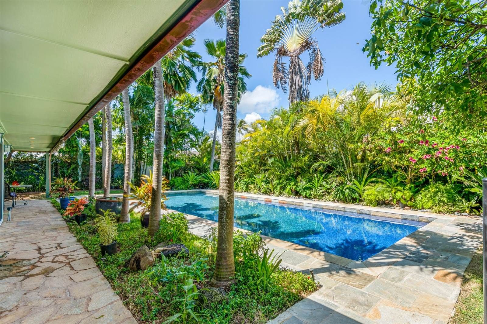 Hawaiian Bungalow Near The Beach Could Be Yours For Under 2m Curbedclockmenumore Arrow Located On Oahu And Just Minutes From Kailua
