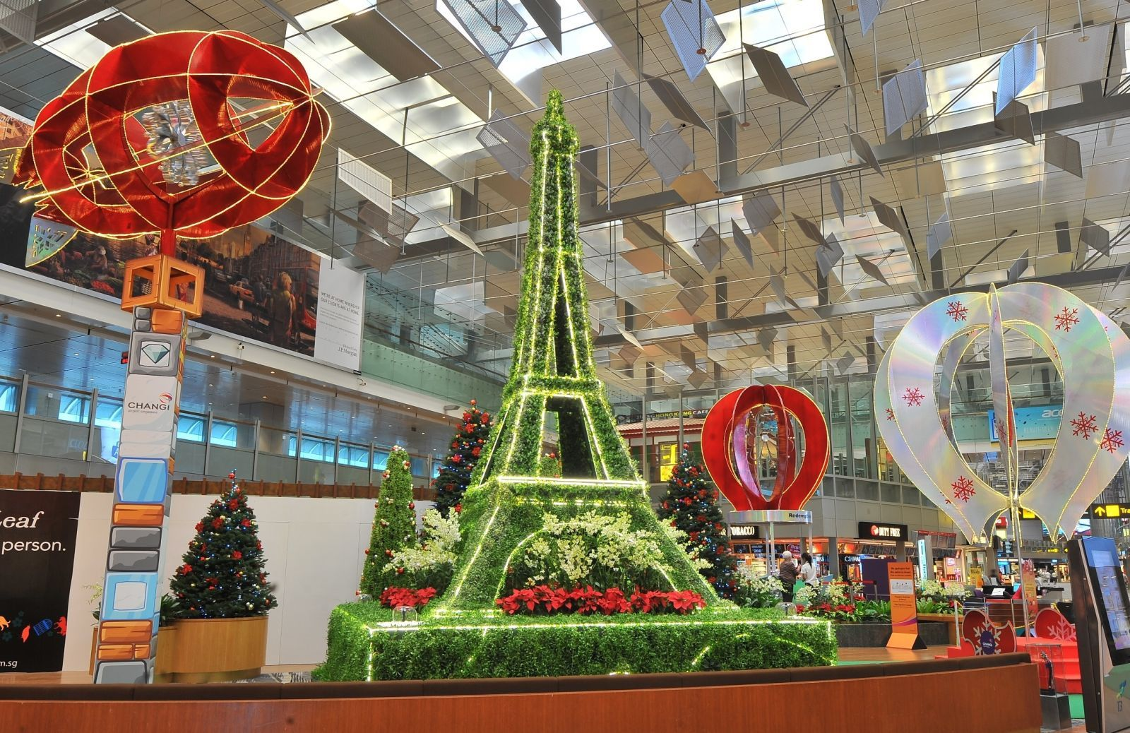 Eiffel Tower Decoration Ideas The World As Part Of Its Festive Decorations