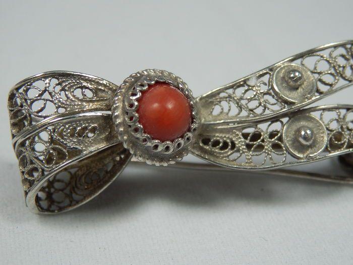 Zilveren broche met filigrain en rode koraal - Italië, ca. 1940