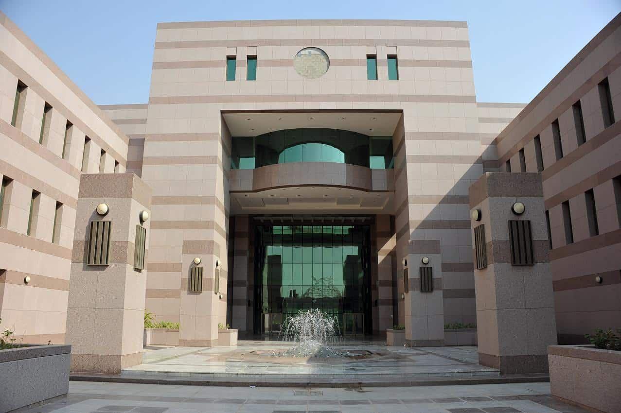 جامعة الملك عبدالعزيز تقرر إلغاء الاختبارات النهائية تكنولوجيا السعودية بشاره جامعة الملك عبدالعزيز سنه1442 House Styles Mansions House