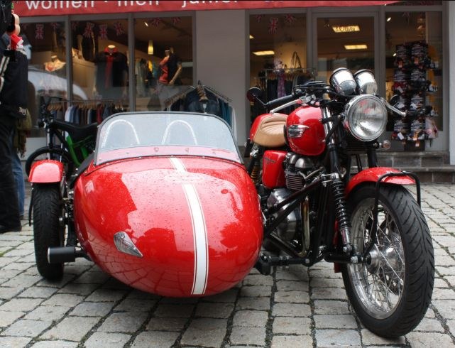 Triumph Thruxton with sidecar | Vroom Vroom Things | Motorcycle