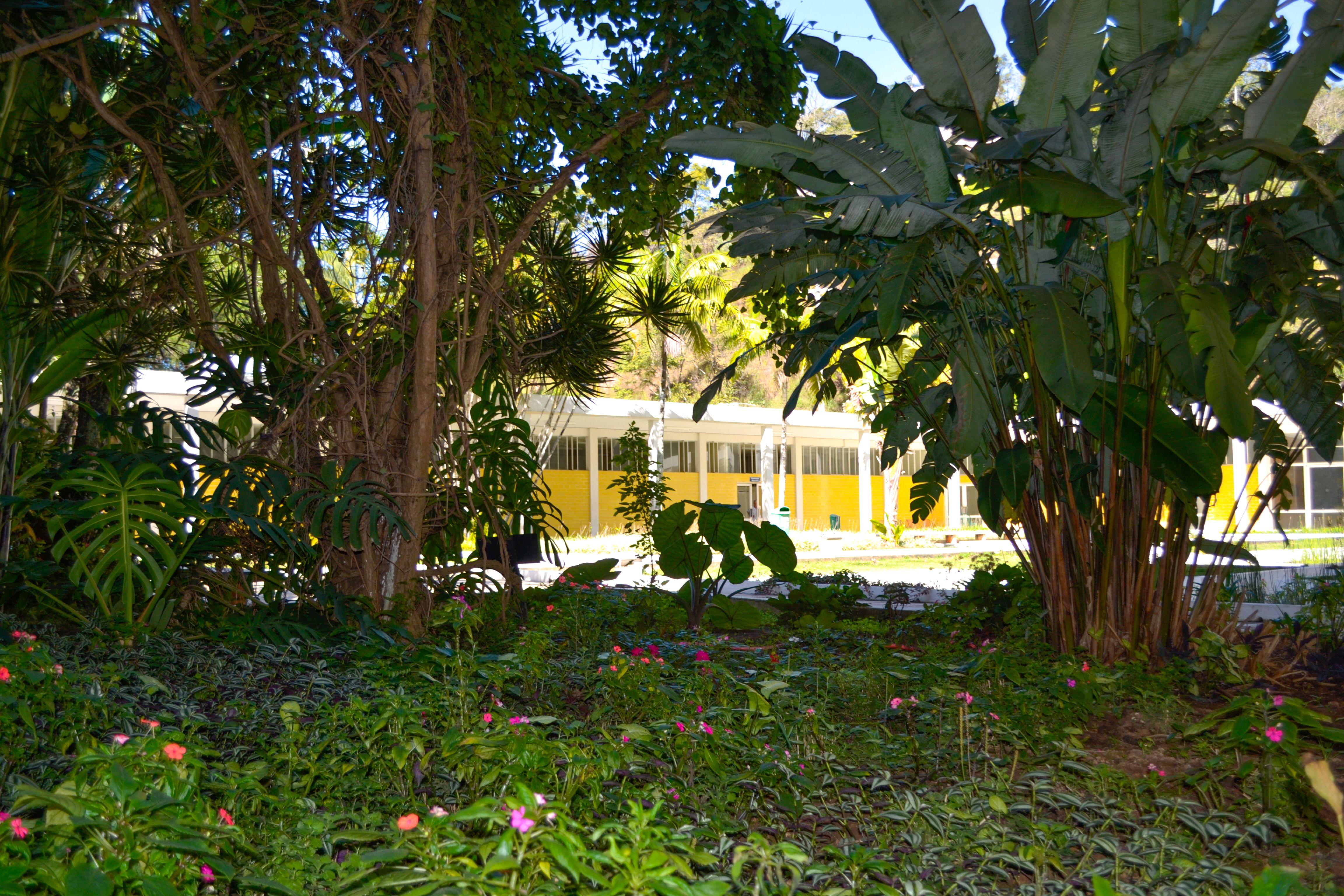 Um Espaco Agradabilissimo Cercado De Verde E Belos Jardins