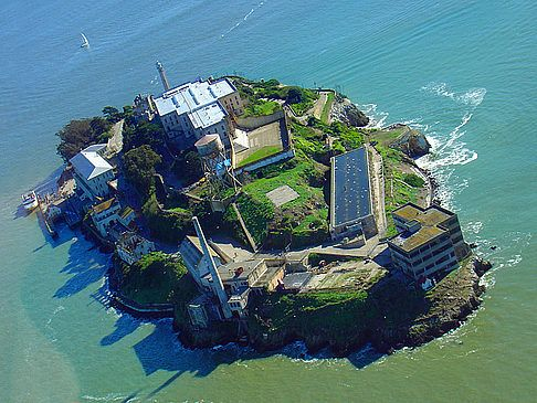 Alcatraz Island off the coast of San Francisco, California by ktchn / Gemäß CC-Lizenz.  A factoid:  In 1859 the Post on Alcatraces (Alcatraz Island) was garrisoned by the Army as the first U.S. fort on the West Coast.  At its peak there were over 110 cannons mounted on the island.