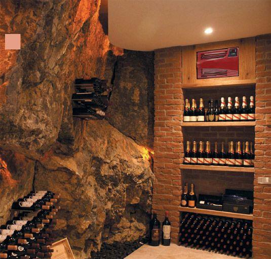 cave | Une-cave-du-vin-bien-rangée-de-luxe-superieur-avec-des ...