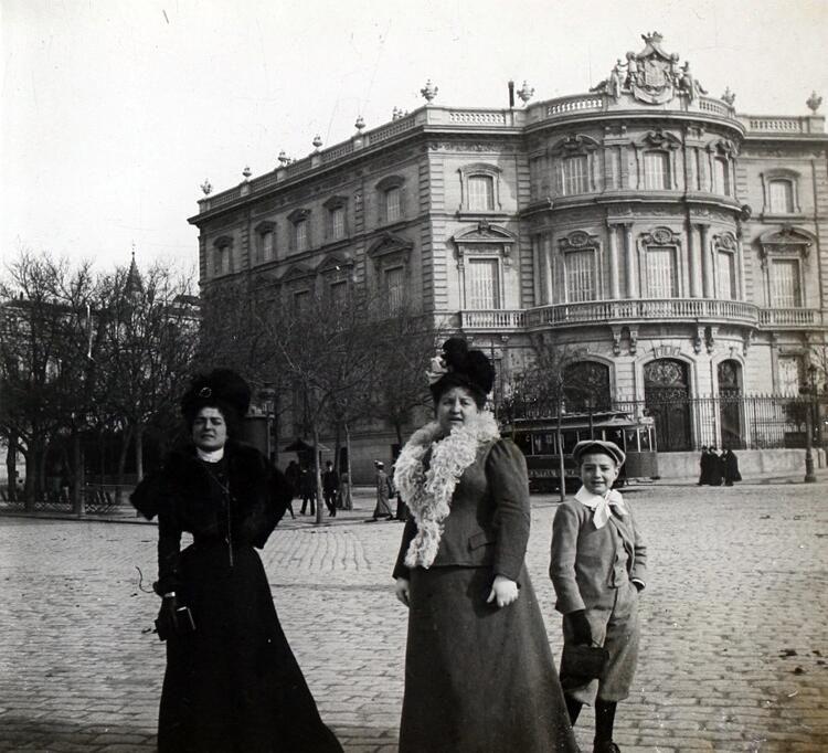 Mujeres posando delante del Palacio de Linares a principios de Siglo pic.twitter.com/nJNNSGwwud