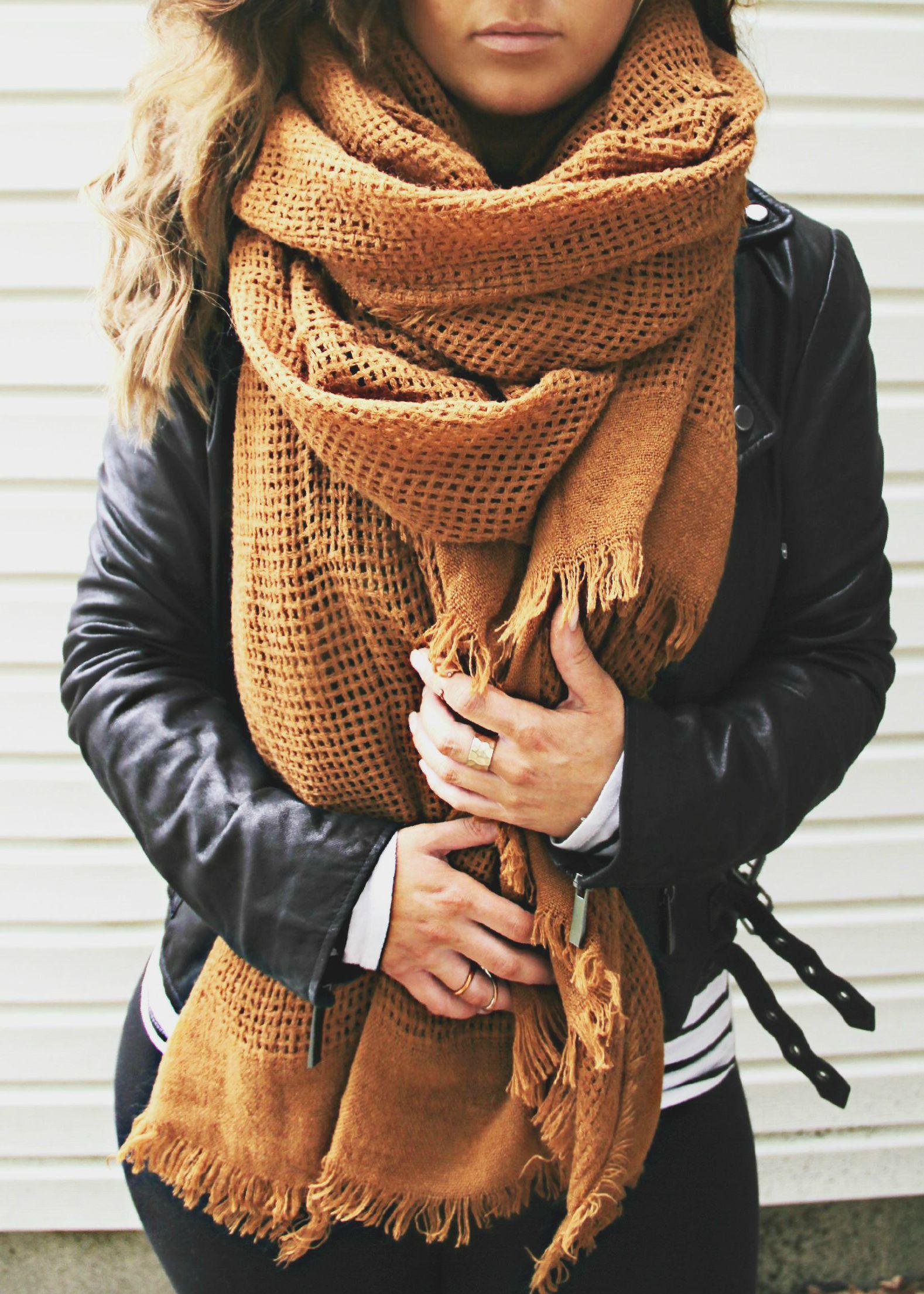 9ac28e4651ee pañuelo para los días de frío, con un color camel fácil de combinar con  muchas otras prendas y otros mucho colores como en este caso es el negro  pero se ...