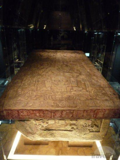 1) A tumba de Pakal (K'inich Janaab' Pakal -- 23 Março 603 – 28 Agosto 683) retrata o governante Maia em uma espaçonave.