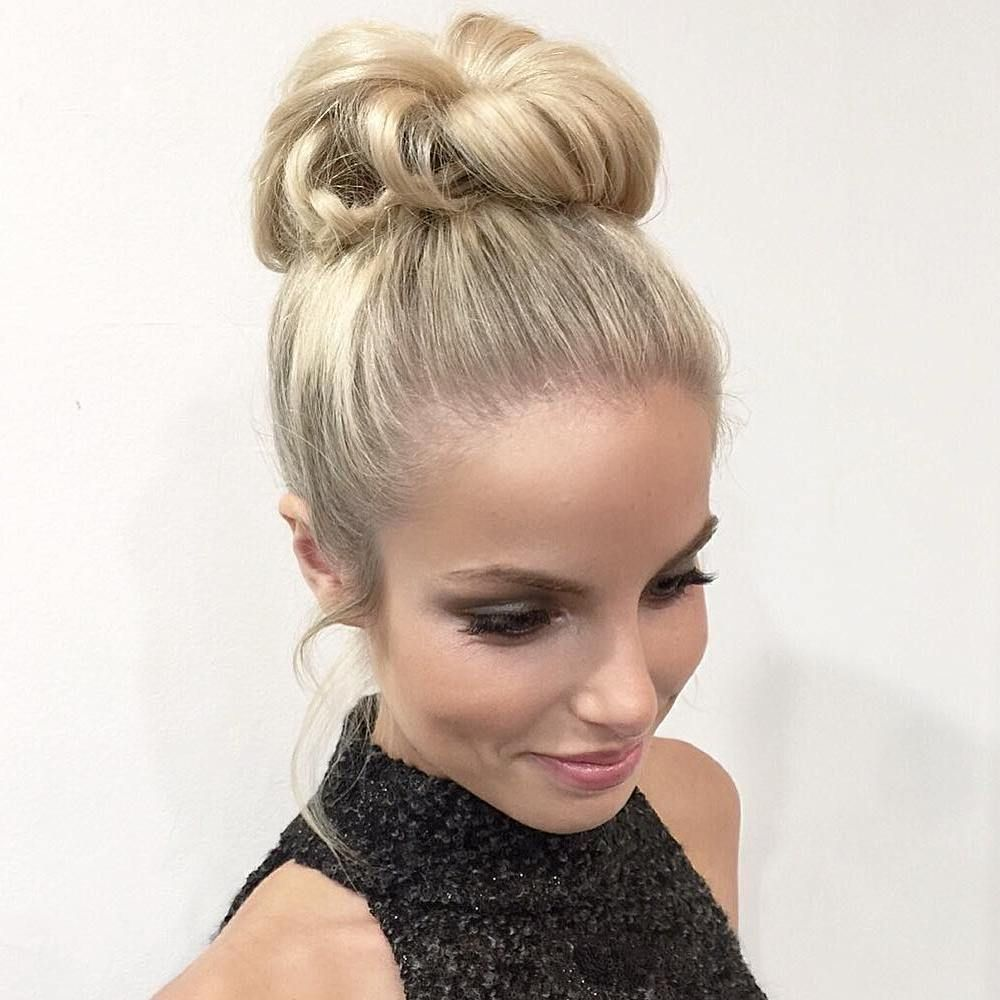 35 Easy and Pretty Top Knot Hairstyles | Top knot hairstyles, Knot hair bun, Hair knot