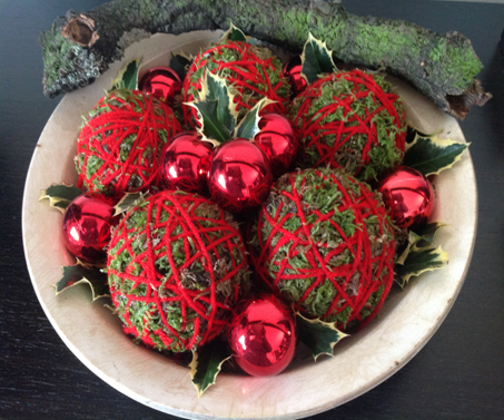 I elaborated a composition with red balls of other Christmases, balls made by my Father with moss and wire wool, holly leaves and a branch of oak yet with moss.