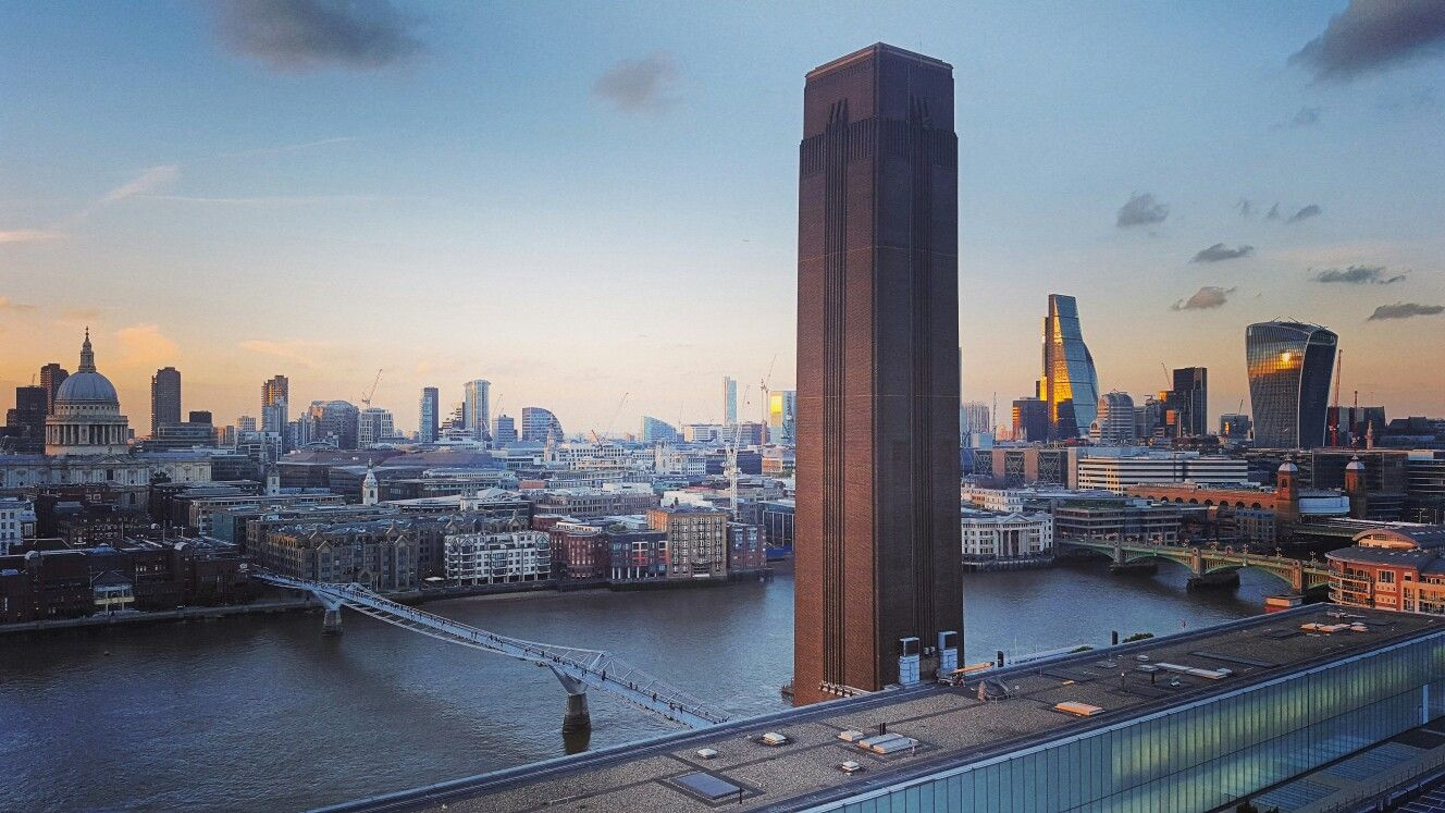 The Tate Modern Is A Must Visit If You Are Interested In Modern Art And For Great Views Of London From The Top Floor Great View Famous Places Places To Visit