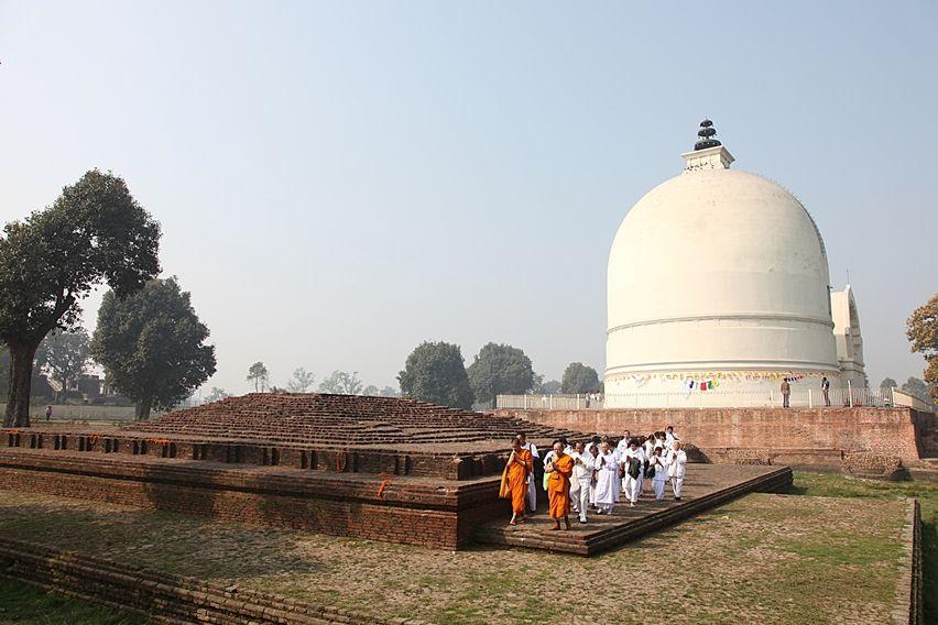 Fedeli al Parinirvana Stupa a Kushinagar, Uttar Pradesh. Foto di Samuele Fracasso