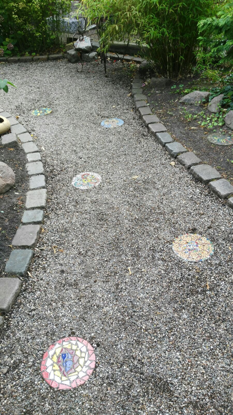 viele bunte mosaikflecken auf dem kiesweg | mosaik garten | pinterest