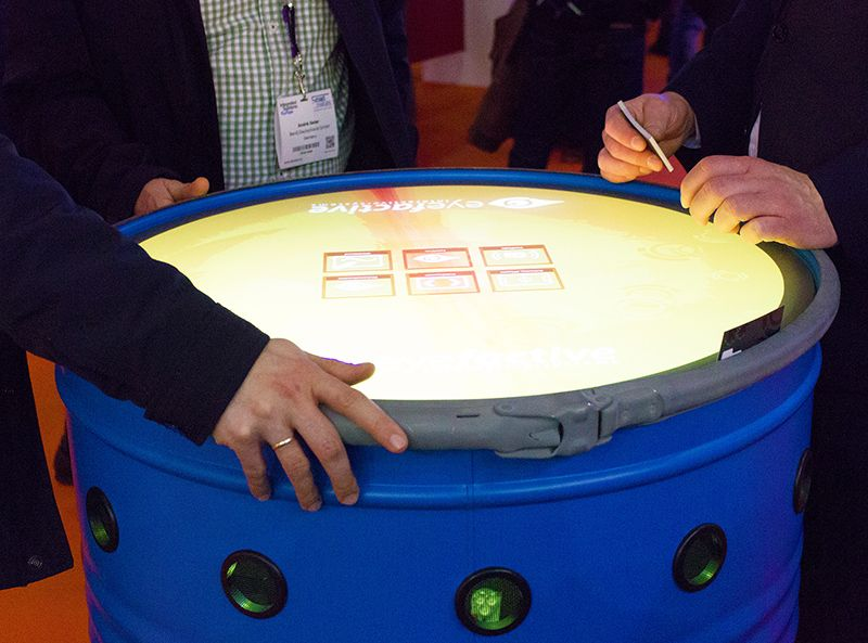 ISE 2017: Interactive Signage XXL by 3M and eyefactive. Touchscreens with object detection, touchscreen software and large-scale displays with multitouch.