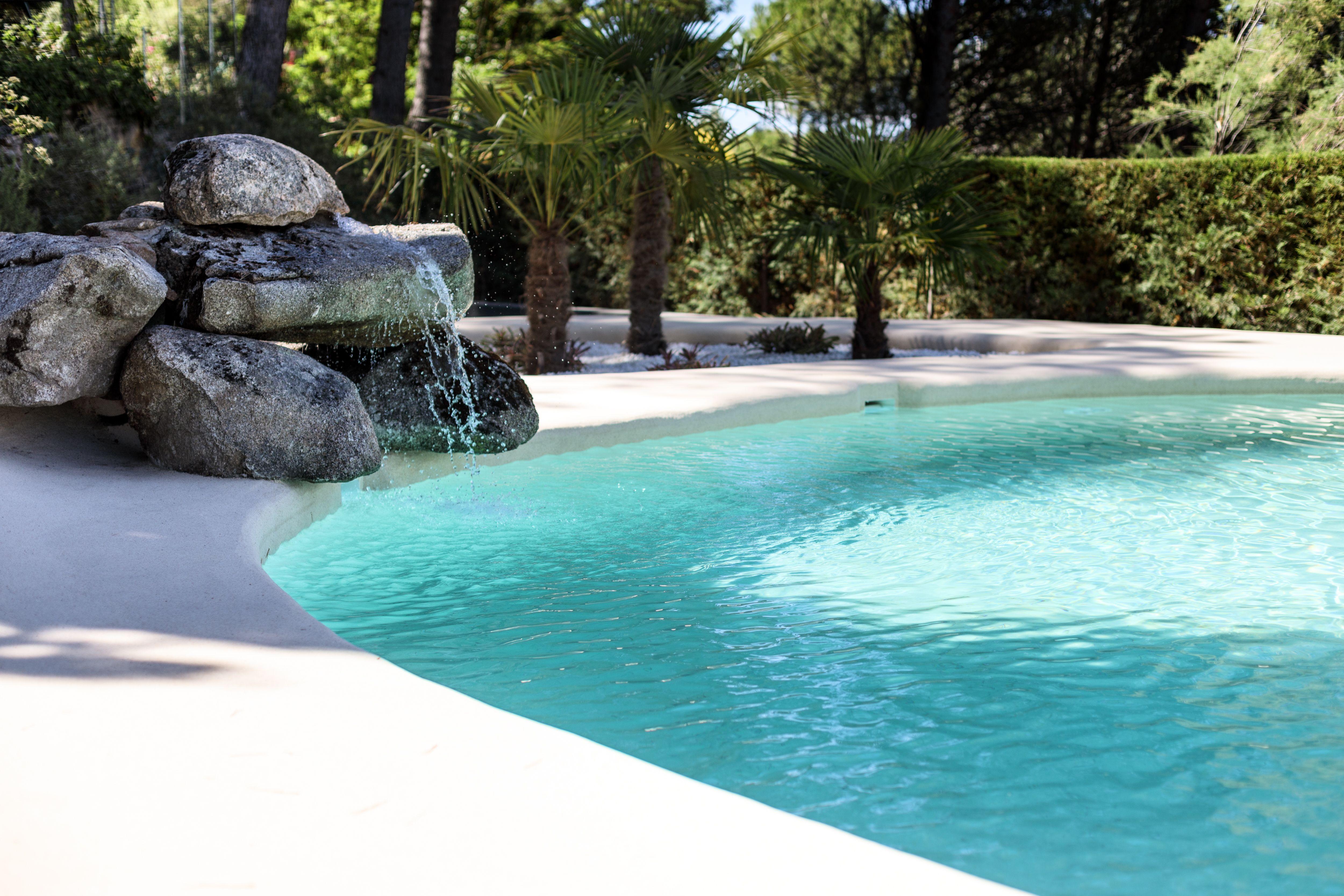 Te apetece nadar hasta la cascada otro complemento que convierte esta piscina de arena natural - Piscinas de arena natursand ...