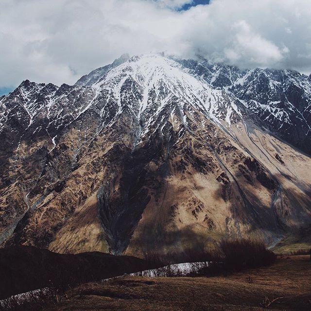 Мы сделали это. Четыре дня семь проектов и демонтажей мало сна и много физической работы - и вот оно все закончилось я жду последний демонтаж на этой неделе и с предвкушением думаю о том как буду самозабвенно отдыхать следующие несколько дней)) ура! A картинка из казбеги типа символизирует покой и все такое #казбеги #грузия #горы #небо #пейзаж #красота #природа #снег #облака #latergram #kazbegi #georgia #clouds #sky #view #landscape #travel #mountains #snow #skyscape #inspiration by…