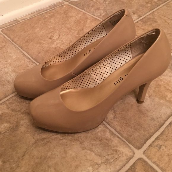 Nude pumps size 6 Barely worn extremely comfortable 4 in with 1/2 in platform nude pumps perfect for work or any special occasion. Madden Girl Shoes Heels