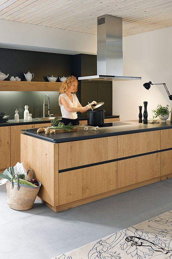 Holz Bringt Warme In Die Kuche Und Lasst Sich Hervorragend Mit Schwarz Kombinieren Diese Holzk In 2020 Wooden Kitchen Wooden Kitchen Cabinets Modern Kitchen Design