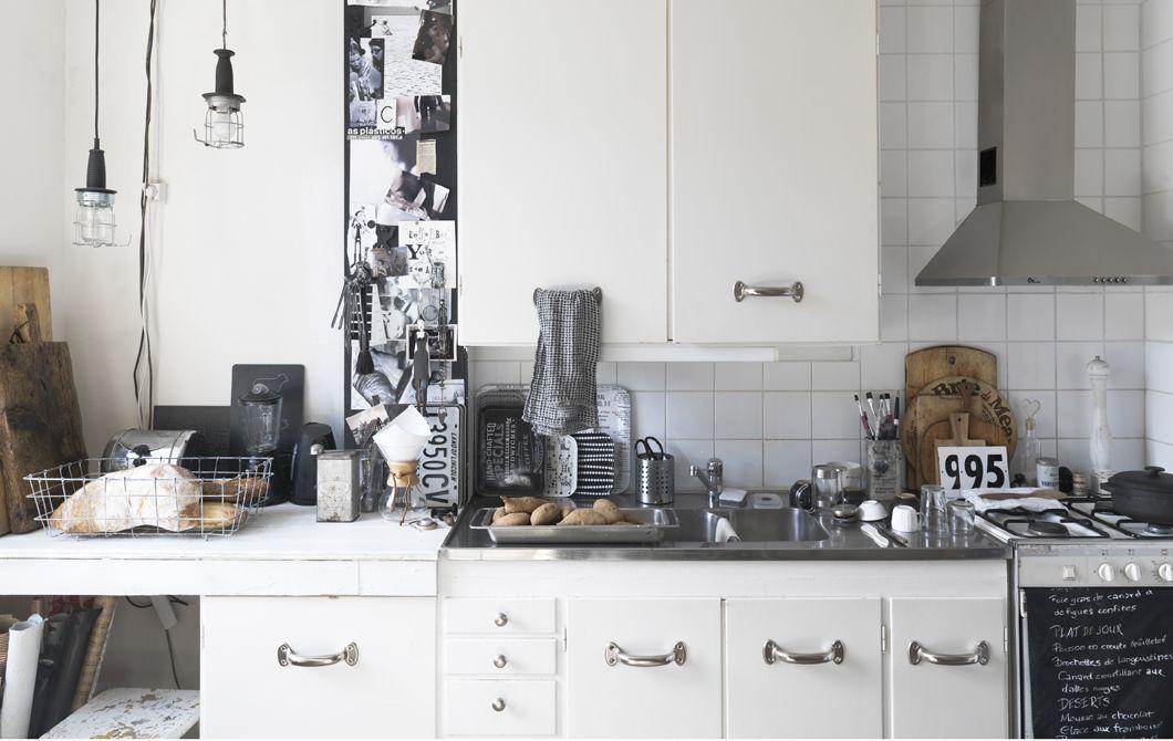Eine weiße küche mit metallischen akzenten u a uppdrag