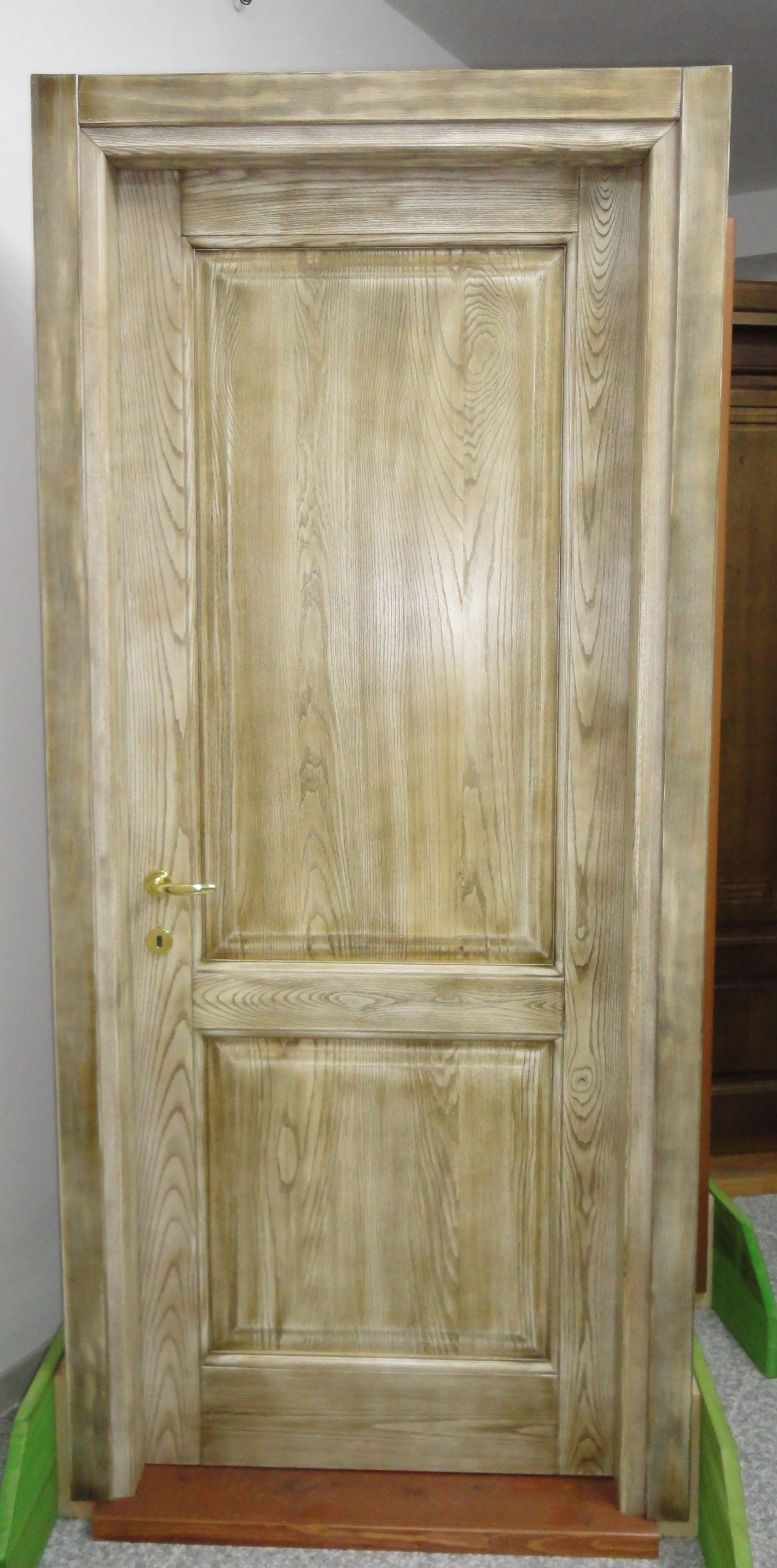Porta in legno massello di frassino a due pannelli lavorazione rusticatura e trattamento di - Porta in legno massello ...