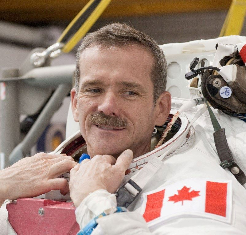 Colonel Chris Hadfield : Chris Austin Hadfield, né le 29 août 1959 à Sarnia en Ontario, est un astronaute canadien. Source: Wikipédia ||| Canadian astronaut Col. Chris Hadfield is a man of many firsts. He was the first Canadian to operate the Canadarm (1995), the first Canadian to walk in space (2001) and the first Canadian to command the International space station (ISS/SSI) (2013). Source: Facebook / Col. Chris Hadfield