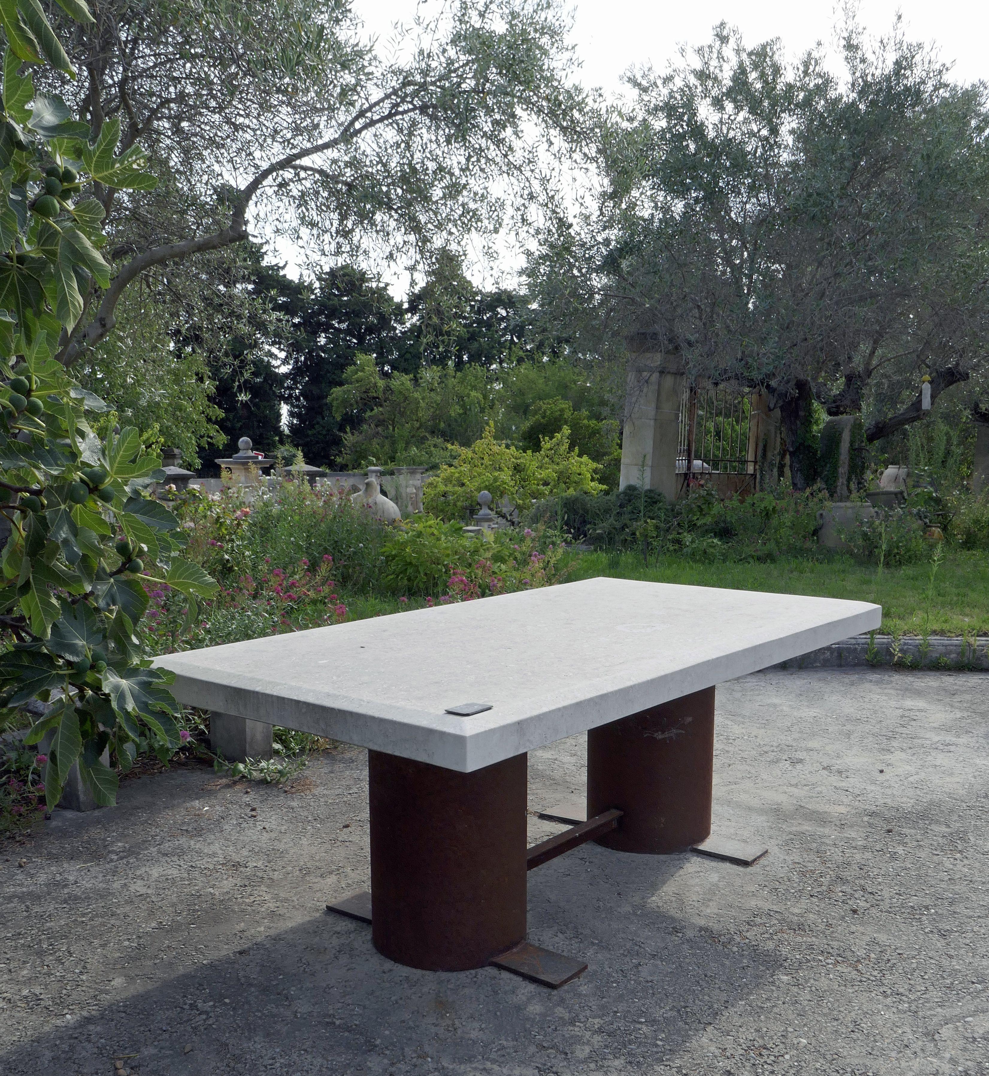 Cette Grande Table En Pierre Et Fer Pouvant Accueillir Jusqu A 12