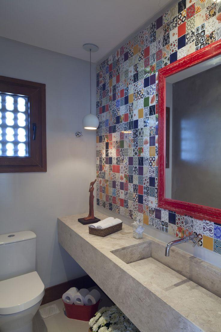 Casinha colorida: Luminárias pendentes nos banheiros