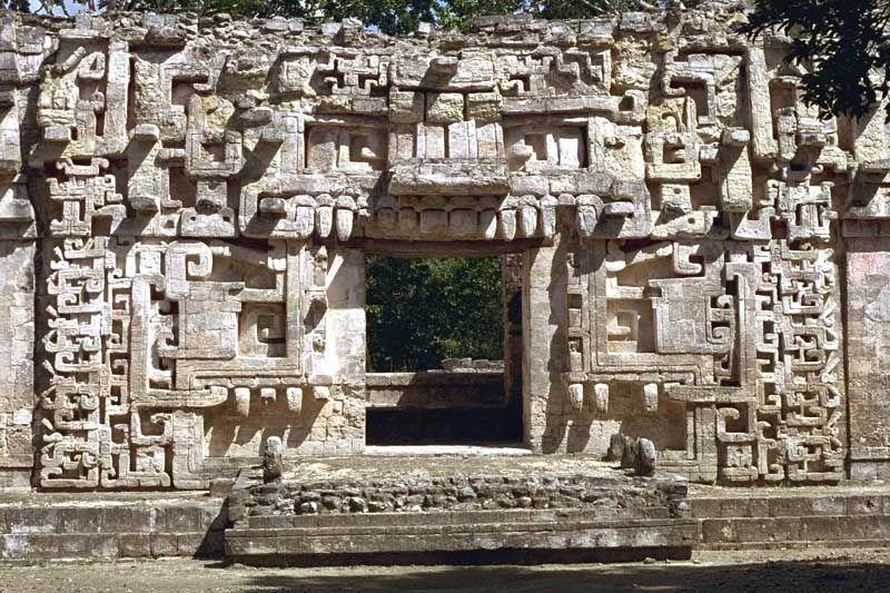 Zona aqueologica Chicanná Cmpeche México.  Chicanná alcanzó su máximo esplendor hacia el  año 800 dC, fue contemporáneo de otros sitios de la región como X'puhil, Río Bec, Becán, Hormiguero, Payán y Channá