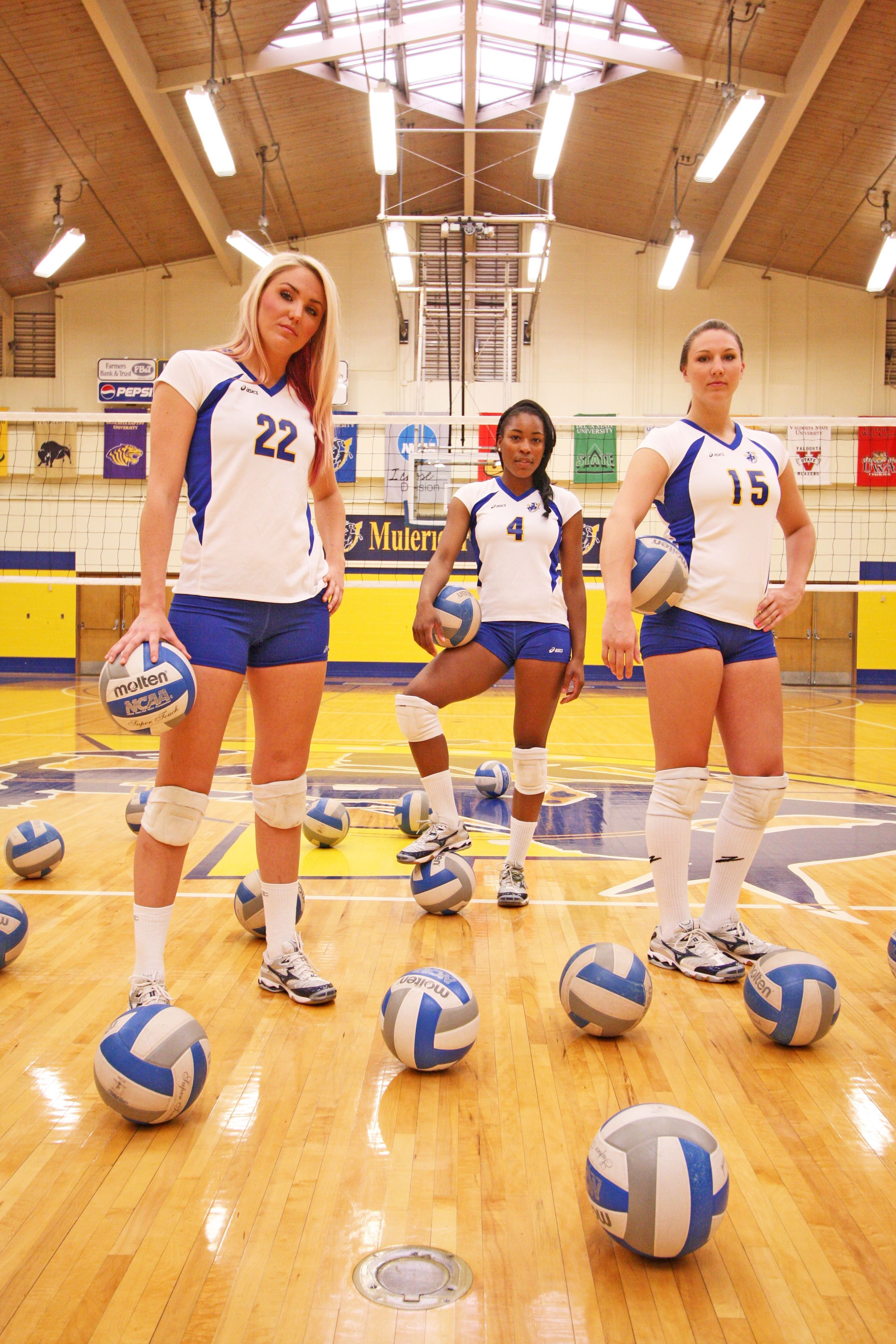 Lindsey Wilcox Jordan White And Courtney Smith Pose For The Sau Viewbook Voleibol Uniformes Voley Jugadoras De Voleibol