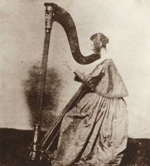 Henry Fox Talbot, Miss Horatia Feilding playing the harp, ca. 1842.