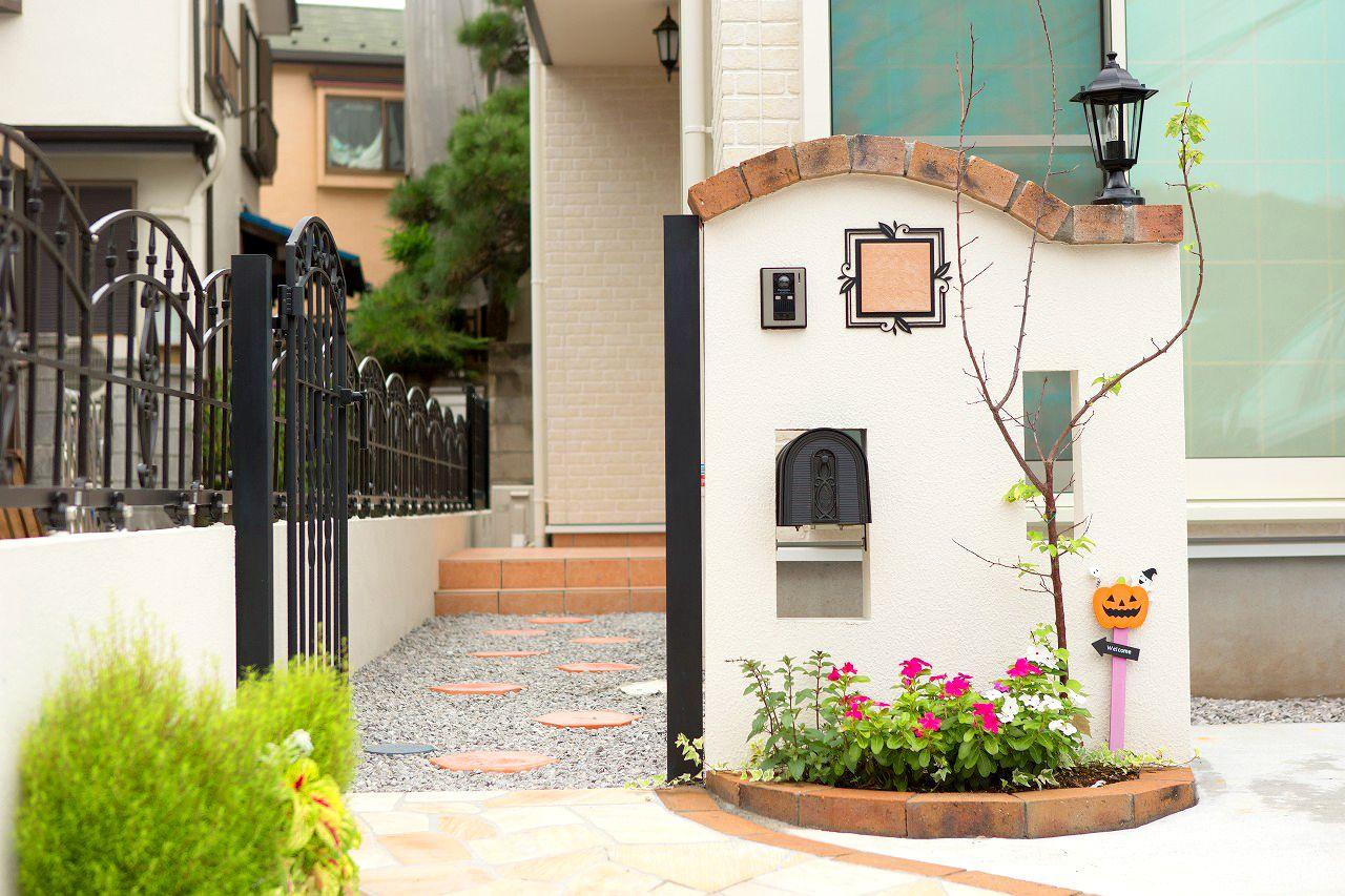 奥様がデザインされた門塀やポーチで やわらかな明るさを感じる
