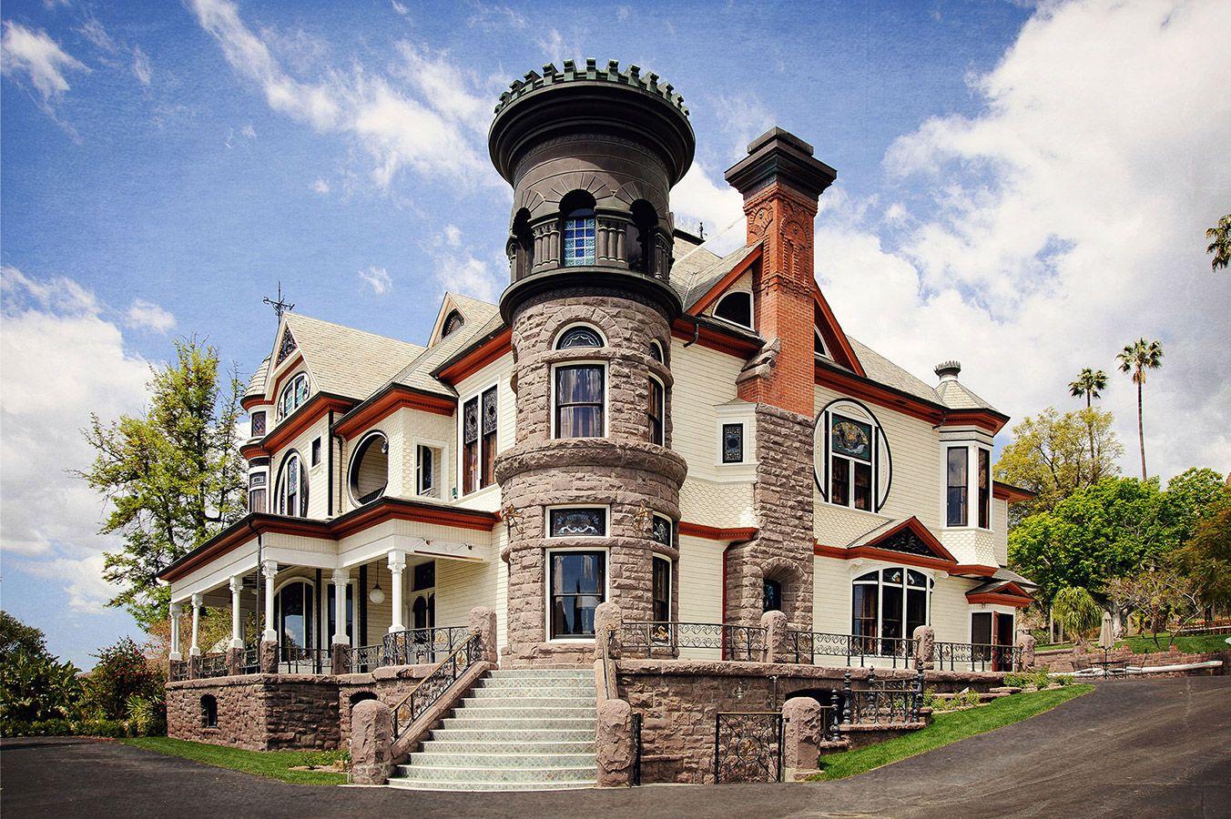 Двухэтажный дом с башнями фото