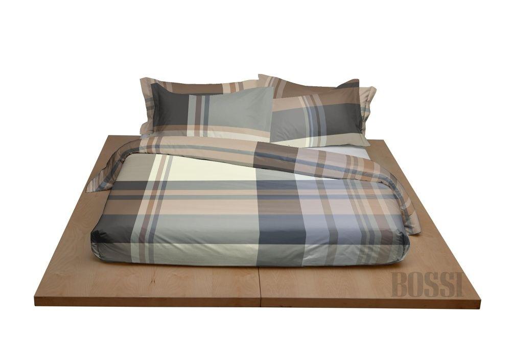 2c86cf00d6 letto matrimoniale con copripiumino a righe sui toni dl blu e cuscini  abbianti, coperta blu scuro | For the Home | Biancheria, Vestiti e Case