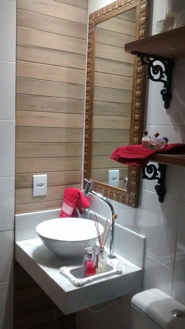 Banheiro pequeno rústico.