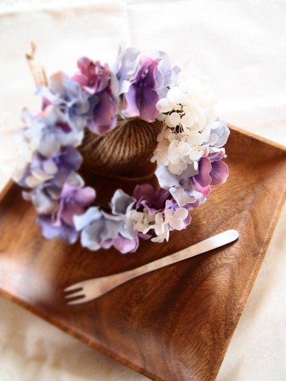 私の大好きな紫陽花のリースニュアンスカラーでとても和ませてくれます15cmと小さめのリースですがキャンドルと飾るとキャンドルアレンジのようで雰囲気を変えてお楽...|ハンドメイド、手作り、手仕事品の通販・販売・購入ならCreema。