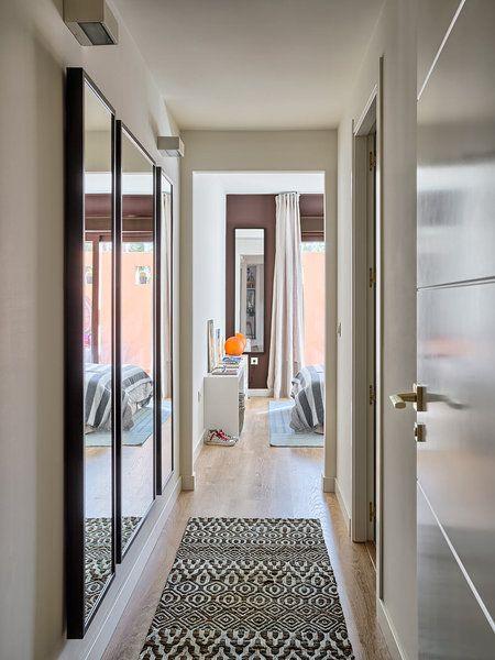 17 formas de disimular un pasillo largo y estrecho for Espejos decorativos para pasillos