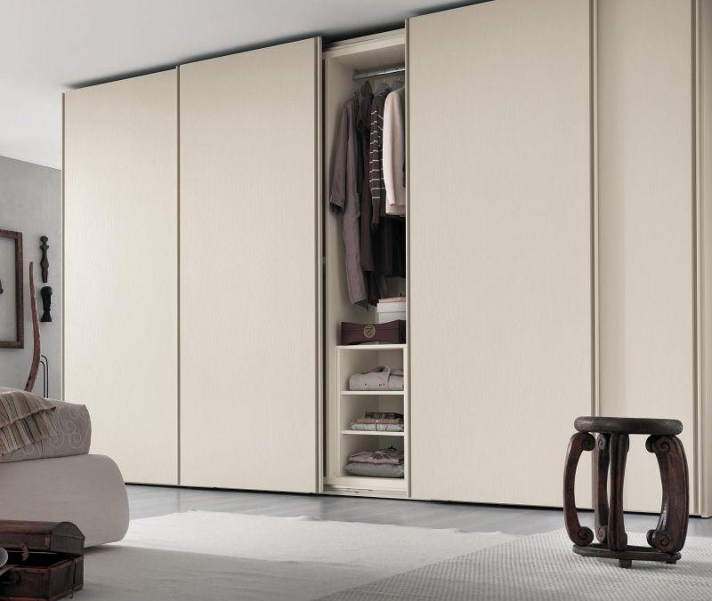 Kleiderschrank Mit Ständer Und Fächern Im Minimalistischen Schlafzimmer