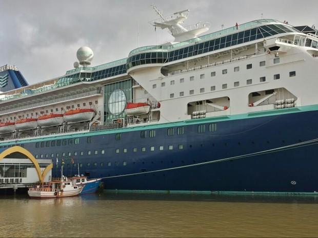 Mais de 1,6 mil turistas ficam sem poder sair de navio durante protesto em porto de SC http://glo.bo/14htDTM #G1