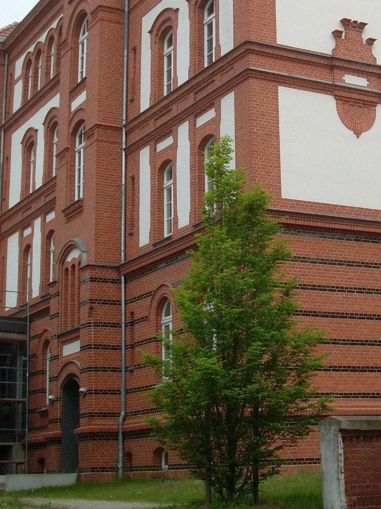 Два окна на втором этаже справа - наша квартира, в которой мы прожили пять лет