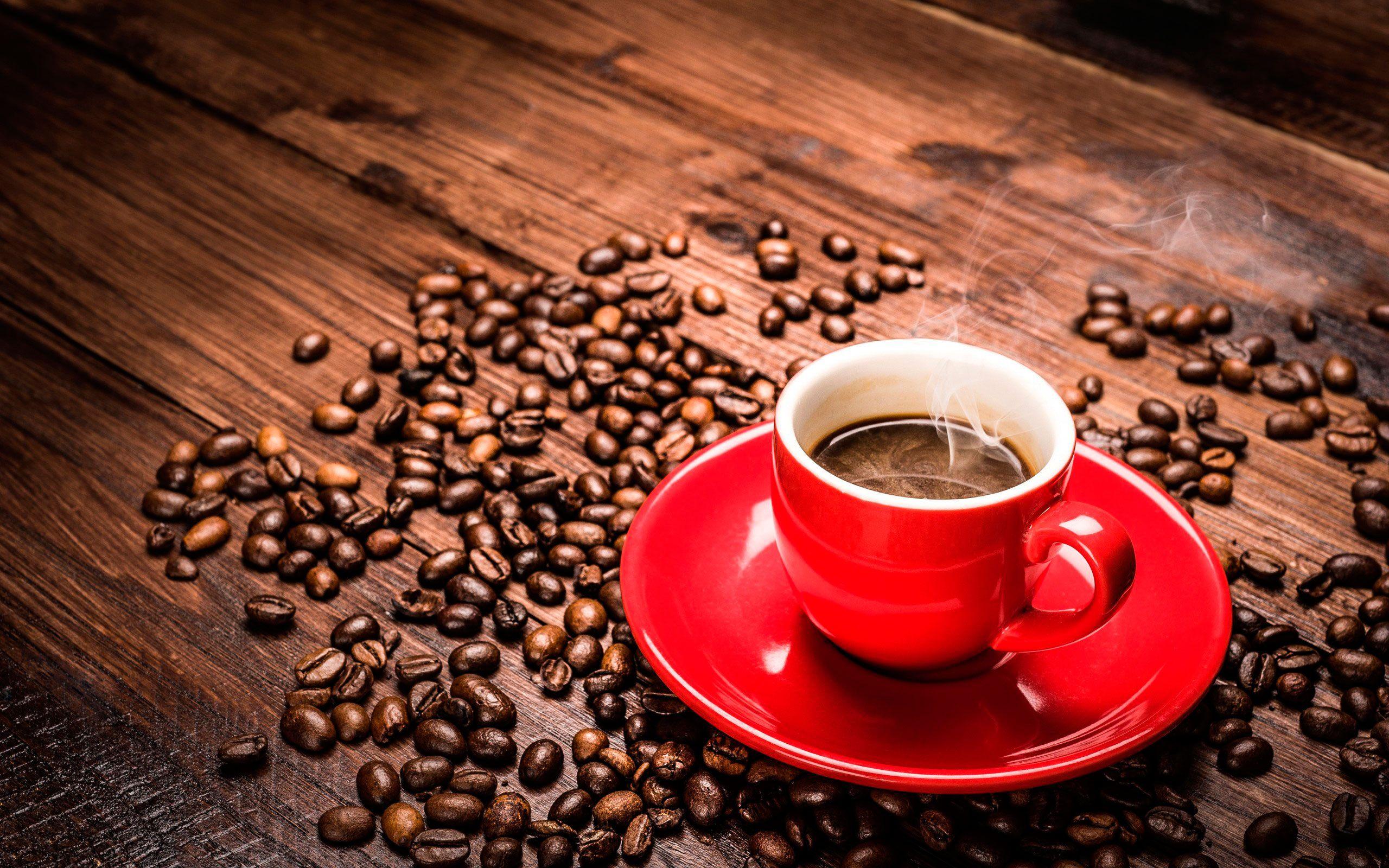 Обои кофе, чашка, красная, блюдце, пар, зерна на рабочий
