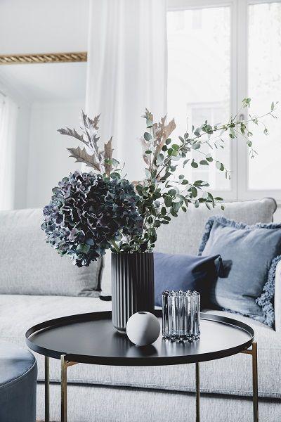 Wohnzimmer Samt Sofa Couchtisch Kissen Deko Altbau Skandi Modern Vase Blumen