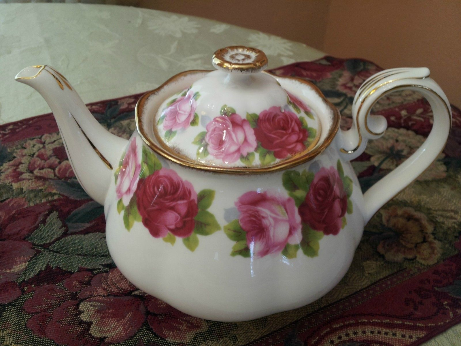 I Roses Royal Albert Old English Rose Vintage Tea Pot Medium Size