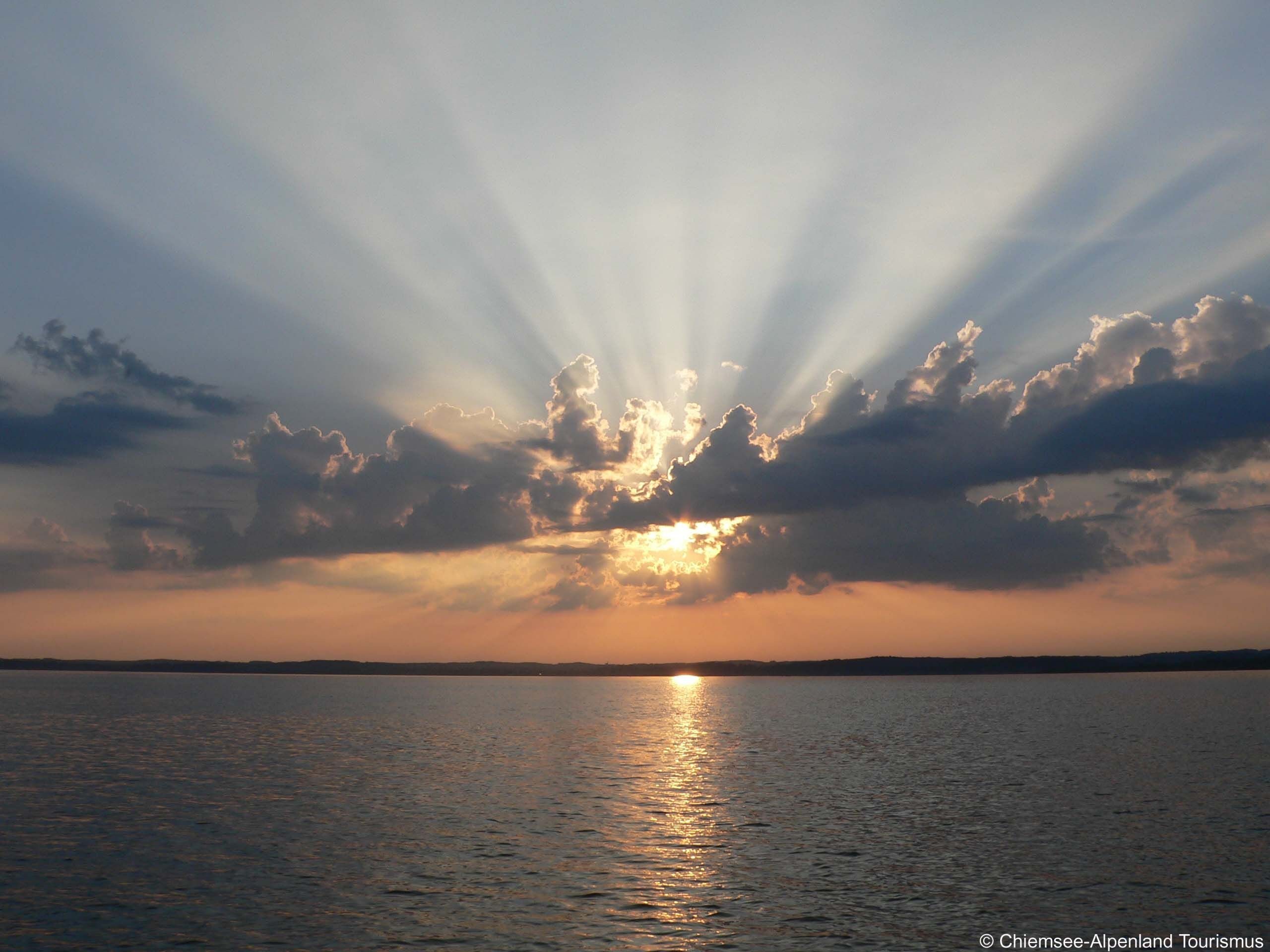 Die Sonne Scheint Durch Die Wolken Am Chiemsee Chiemsee Sehenswurdigkeiten Deutschland Chiemsee Urlaub